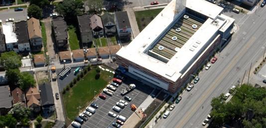 屋顶花园位于青年中心二楼健身房的屋顶,周围环绕着三楼的走廊和教室