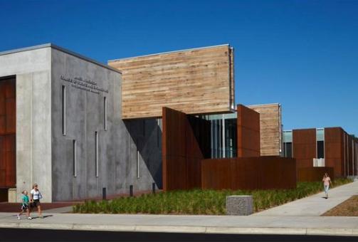 玛琳乡村学校    玛琳乡村学校,位置环山,与旧金山湾分水岭相连。学校的设计主要为了减少径流,恢复相邻溪流和收集屋顶雨水以循环再利用。学校的景观设计考虑了环境可持续发展的设计理念,采用本地耐旱植物,以此减少灌溉。因为建筑的功用性明确,所以设计师在设计时将为儿童提供自然光源和良好通风作为设计首要条件:学校周边开阔的空间创造了良好的空气流通效果;太阳能管天窗通风井将自然光源引入每间教室。学校地处加州,该州的建筑法律对发展可持续性的绿色建筑有着积极的推动作用。2004年,加州开展绿色建筑倡议,计划到2015年将